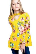Gul blomstermønsterhule foran piges langærmet top