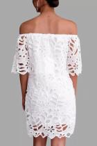 تفاصيل الدانتيل الأبيض قبالة فستان الكتف نصف كم
