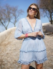 Небесно-голубое платье с цветочным принтом и открытой спиной