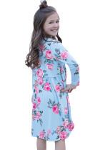 Kukka-vaaleansininen swing-mekko, jossa piilotetut taskut