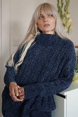 Синий мягкий свитер синели