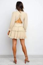 Beige V-hals-flæsning med detaljeret åben ryg kjole