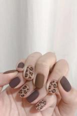 Коричневая наклейка для ногтей с леопардовым принтом