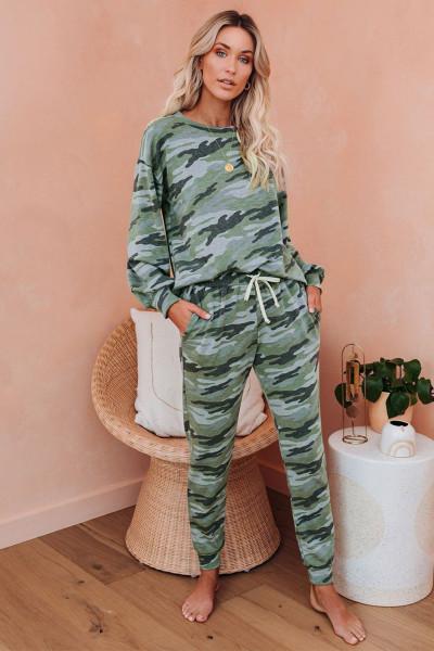 Зеленый пижамный комплект с камуфляжным принтом и кулиской
