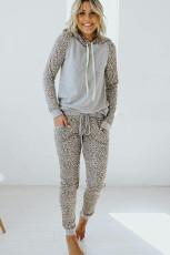 Grå hættetrøje og joggersæt med leopardprint