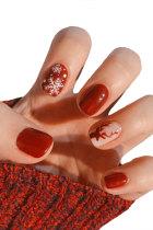 Поддельные ногти с изображением красного рождественского оленя и снежинки