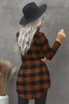 Hnědý plášť s límečkem a kostkovaným límcem