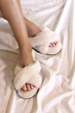 Bílé křižovatkové chlupaté pantofle