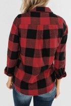 Kabát s kapucí a dlouhým rukávem se zapínáním na červený límec a kapucí na zip