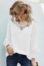 Белая блузка с V-образным вырезом в стиле пэчворк