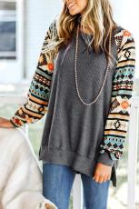 Серый трикотажный пуловер с вафельным принтом и боковым разрезом