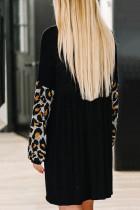 فستان قصير بأكمام طويلة وفتحة رقبة على شكل V ومزين بنقشة الفهد