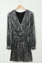 فستان أسود برقبة على شكل V وأكمام فانوس