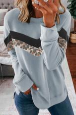 Серый свитшот с круглым вырезом с леопардовым принтом и цветными блоками
