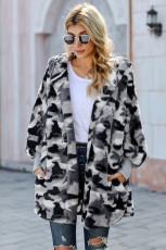 Серое пальто из мягкого флиса с капюшоном и открытой передней частью с камуфляжным принтом