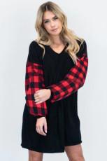 فستان أسود منقوش برقبة على شكل V