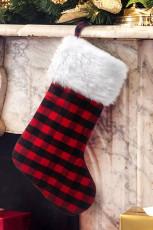 Meia estampa xadrez vermelha com decorações para árvores de natal