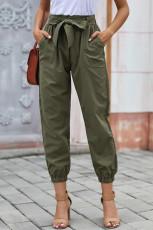 سروال أخضر بلون الفستان مع حزام