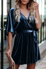 Blå V-hals halv ermet fløyel mini kjole med belte